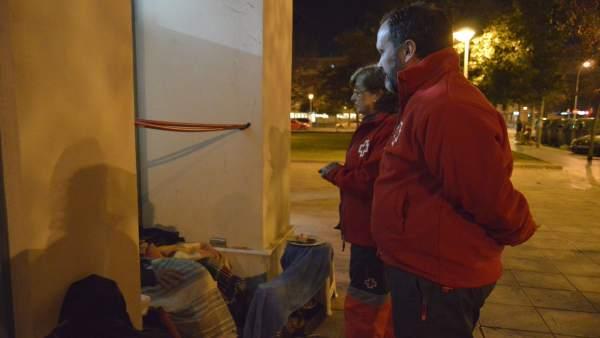 Voluntarios de Cruz Roja ofrecen atención a personas sin techo