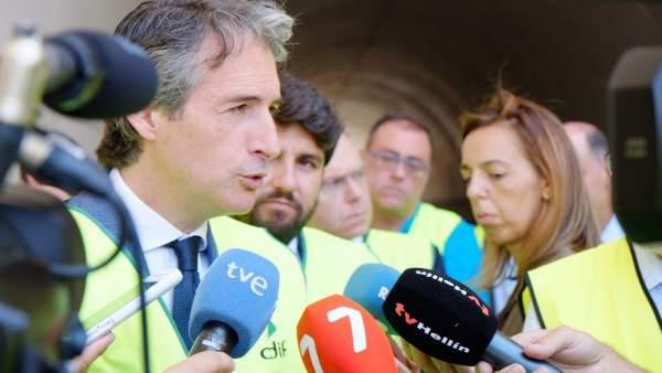Ministro Fomento, Íñigo de la Serna atiende medios en Variante Camarillas
