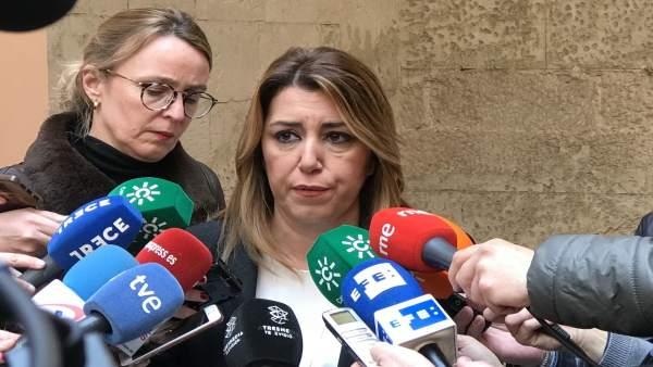 La presidenta de la Junta, Susana Díaz, atiende a los medios.