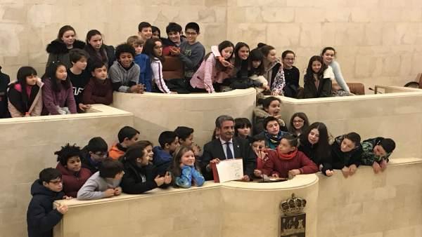 Revilla junto a los escolares en el hemiciclo del Parlamento