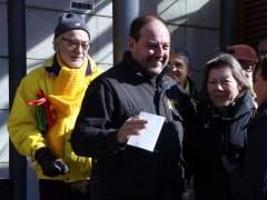 El mecánico Jordi Perelló agradeciendo el apoyo de las personas que le han ido a apoyar a las puertas de los juzgados de Reus.