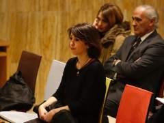 Juana Rivas junto a su abogado y un familiar en la sala de vistas
