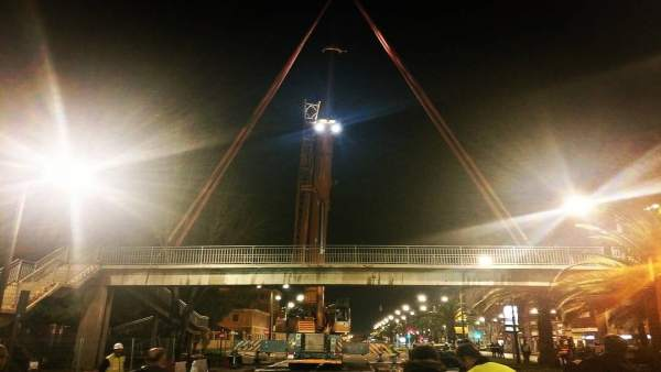 Retirada de una pasarela sobre la Avenida del Cid de València