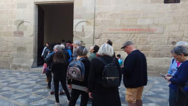 Museo Picasso Málaga, turistas, fachada
