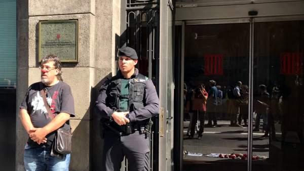 El regidor de ERC en Sant Joan de Vilatorrada, Jordi Pesarrodona, con una nariz de payaso junto a un agente de la Guardia Civil durante el registro en la sede de la conselleria de Governació de la Generalitat.