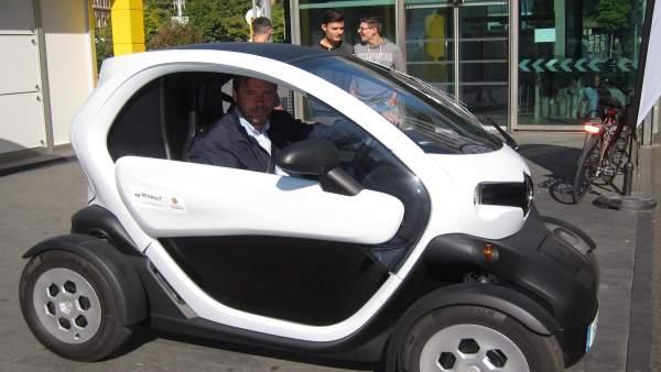 El alcalde de Valladolid, Óscar Puente, al volante de un Renault Twizy