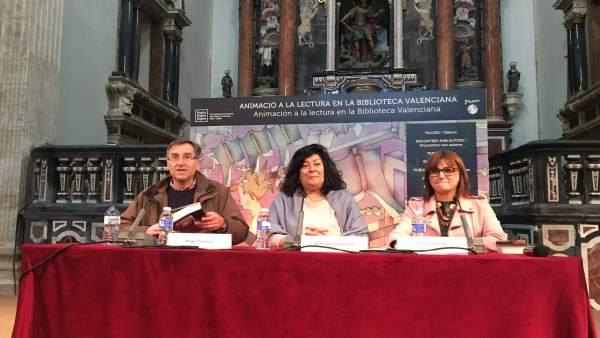 Almudena Grandes (centro) en la Biblioteca Valenciana