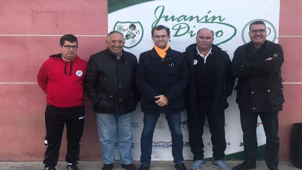 David Dorado y Manuel Torrejimeno con responsables Club de Fútbol Juanín y Diego
