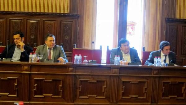 Moreno (1d), en el reciente pleno de Diputación en el que pasó a no adscrito.