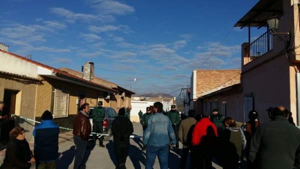 Cordón policial ante la vivienda donde ha sido desalojada una familia