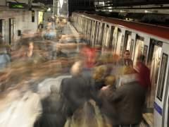 El metro de Barcelona detecta amianto en los bajos de un convoy de la L1