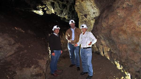 Rojano (izda.) visita la Cueva del Yeso