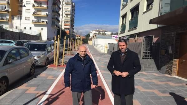 El alcalde de Mijas visita la calle Ébano tras su remodelación integral
