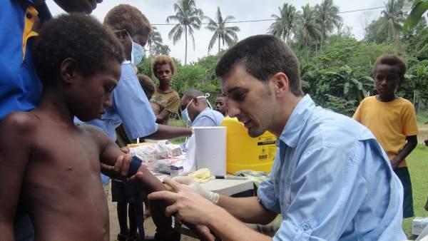 Oriol Mitjà toma una muestra de sangre a un niño en la isla de Lihir (Papua Nueva Guinea).