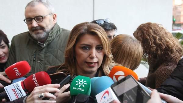 Susana Díaz atiende a los periodistas en Sevilla