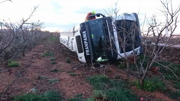 Camión volcado en Alginet