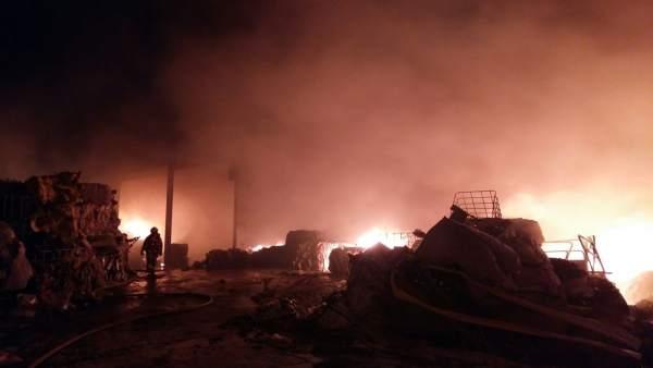Bombers treballen per a extingir un incendi en una empresa de reciclatge de plàstics a Benaguasil (València)