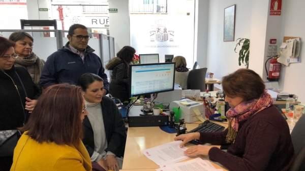 Dirigentes socialistas entregan un documento dirigido al Mapama.