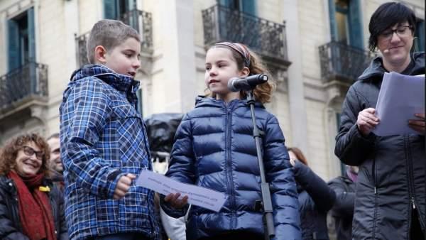 Dos alumnes de primària llegeixen el pregó de les Festes de Santa Eulàlia.