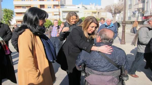 Susana Díaz saluda a un vecino de Torredelcampo.