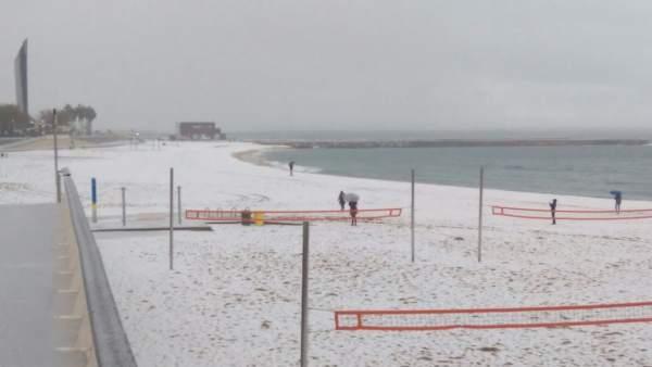 La nieve ha cuajado en las playas de Barcelona.