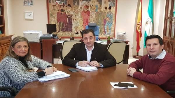 López (centro), durante el encuentro