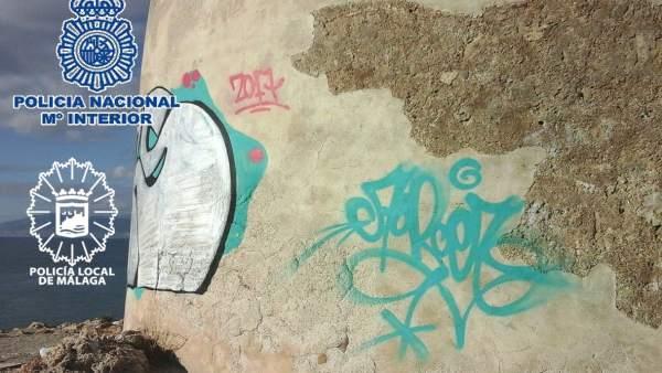 Grafitis en la tore vigía de La Araña