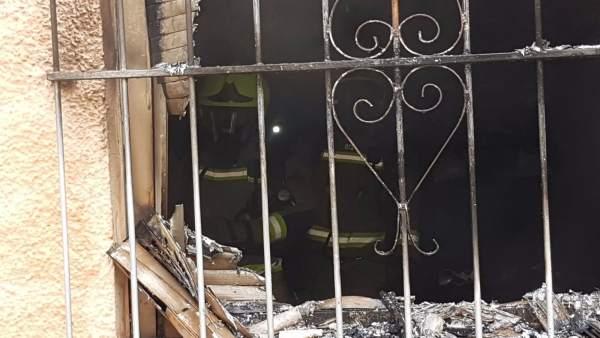 Uno de los bomberos en el interior de la vivienda de El Moralet