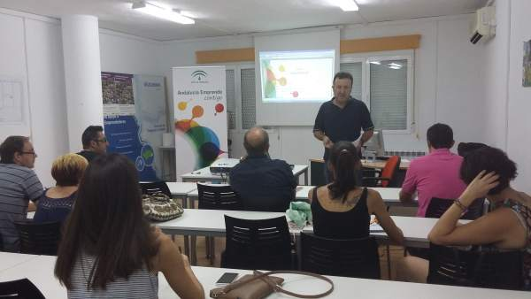 Una de las sesiones informativas impartidas en el CADE de Vélez-Rubio