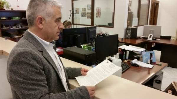 El diputado de C's José Antonio Funes registrando la iniciativa