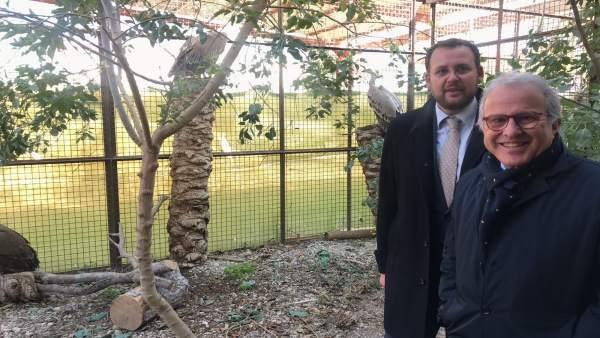 Guillén y Coello junto a los nuevos buitres leonados de Terra Natura Murcia