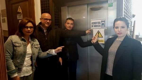 Grupo municipal de Ciudadanos ante el ascensor estropeado del Ayuntamiento