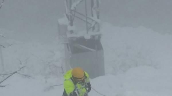Trabajador de empresa de telefonía en la nieve
