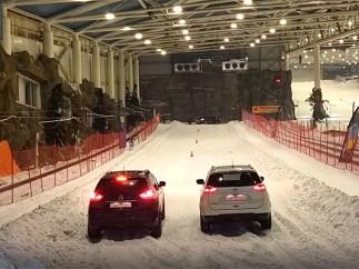 Comparativa entre un coche con neumáticos de invierno y de verano con cadenas en nieve