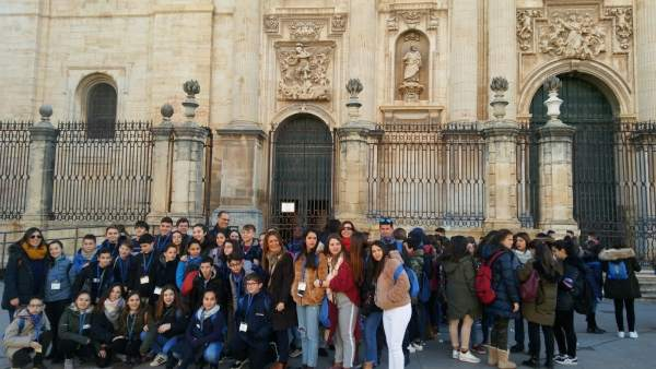 Escolares que participan en el Encuentro Deportivo de la Institución Teresiana.
