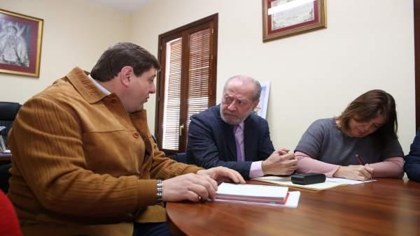 Fernando Rodríguez Villalobos se reúne con el alcalde de Villaverde del Río