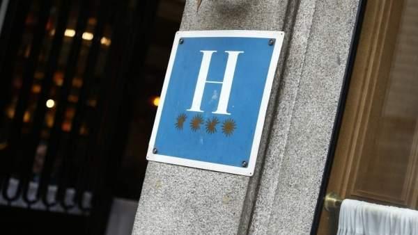 Distintivo de un hotel de cuatro estrellas