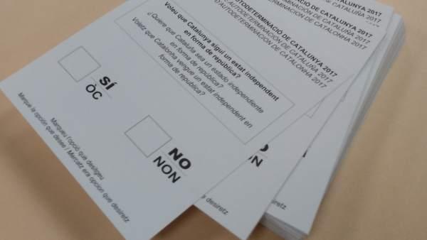 Papeletas y sobres del referéndum del 1-O.