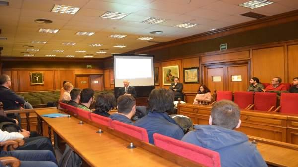 Un grupo de alumnos de Informática del IES Aguadulce visita la Diputación.