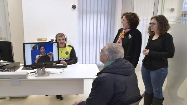 Instalación de servicio de vídeo-intérpretes para sordos en Policía Municipal