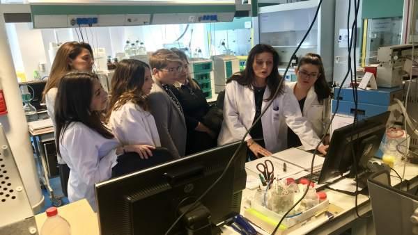 Arroyo, junto a un grupo de mujeres científicas