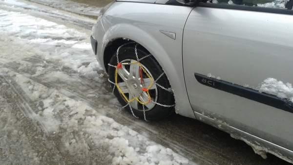 Coche con cadenas para la nieve