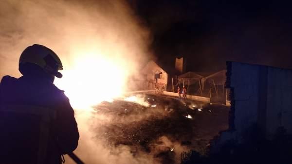 Uno de los efectivos participa en las tareas de extinción del incendio