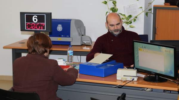 Oficina de la Policía Nacional para renovar el DNI en Huelva.