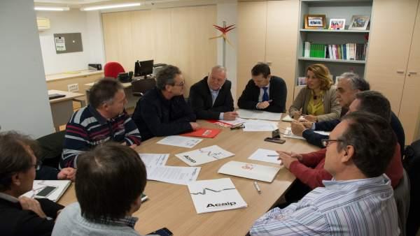 Socialistas en una reunión con representantes sindicales