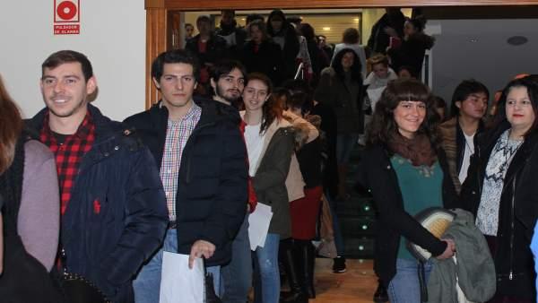 Personas en la cola para el casting de 'Burga'