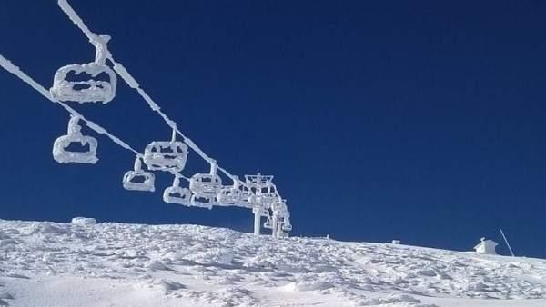 Telesilla de Alto Campoo congelado y lleno de nieve