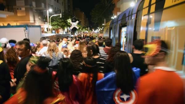 Usuarios del tranvía llegando al Carnaval de Santa Cruz de Tenerife