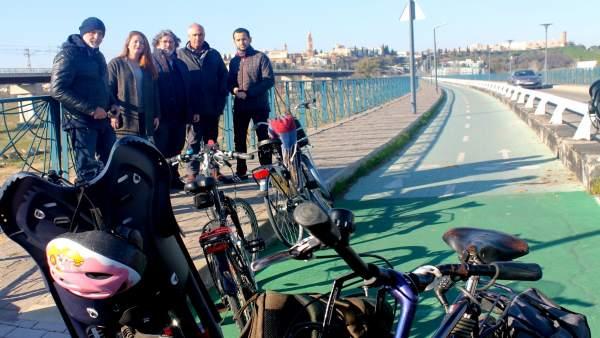 Visita de Participa Sevilla e IU a la pasarela ciclopeatonal sobre la SE-30