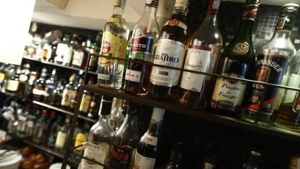 Imagen de archivo de la barra de un bar
